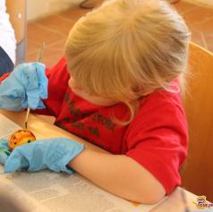FOTO: Otroci so ustvarjali pirhe na velikonočni delavnici