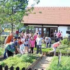 FOTO: Učenci OŠ Puconci obeležili Dan Zemlje z delavnicami pri Eko učilnici na prostem