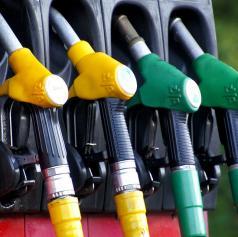 Vlada znižala trošarine na neosvinčen bencin in dizel